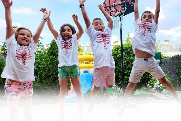 Niños con camisetas body planet saltando